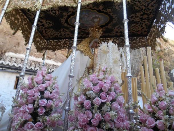 Completada la impresionante revirá de la Cantarería, la Virgen procesionó gustándose como una novia querida, agradecida a su habituales costaleros y a otros que arrimaron el hombro como el Hermano Mayor de Los Negros, Pedro Luis Marín. Foto: JUAN SÁNCHEZ