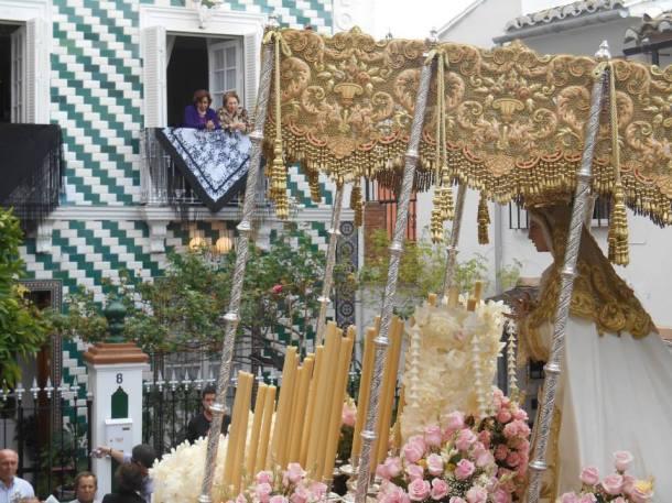 La Virgen de los Dolores, en el momento de entrada en la plaza tras subir la durísima cuesta, con la casa de Candidita engalanada. Foto: JUAN SÁNCHEZ