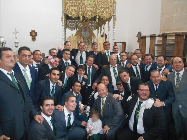 Los Blancos posan felices por el éxito de la procesión con el que culminaba el encuentro de Hermandades de la Vera+Cruz de Cádiz y Ceuta, cuya organización ha recibido el reconocimiento de los participantes. Foto: JUAN SÁNCHEZ