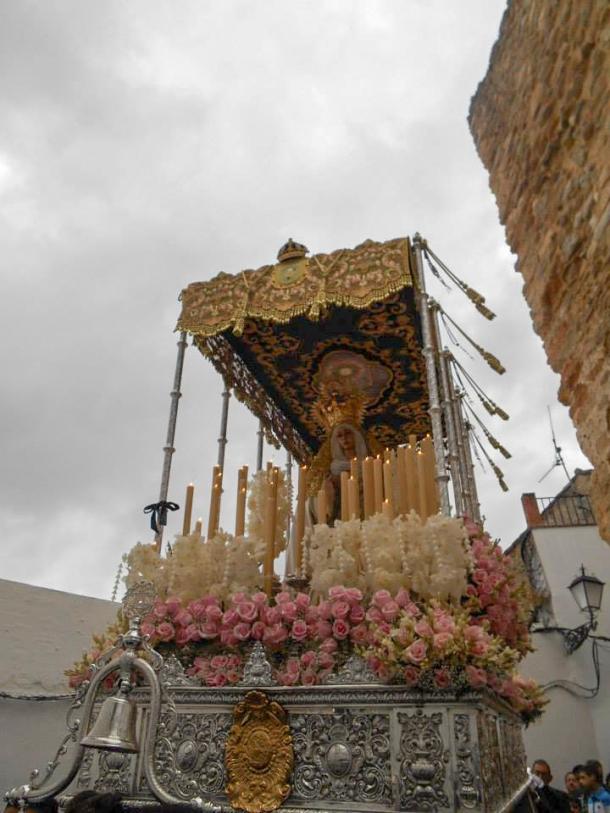 La Virgen de los Dolores sale de la fortaleza de la Villa. Los borlones insinúan el movimiento de la imagen. Foto: JUAN SÁNCHEZ.