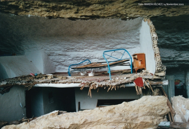 Detalle de la casa contigua. Se observa la cama vencida por el golpe, incluso la tradicional escupidera de antaño. Foto: MAREFA VÍLCHEZ