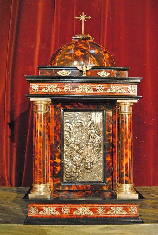 El sagrario, en el que se guardaba la Custodia, es una excepcional obra realizada en carey y con combinaciones de plata, datada del S. XVI. En la puerta tiene una preciosa representación de la Anunciación. Foto: ÁNGEL MEDINA LAÍN.