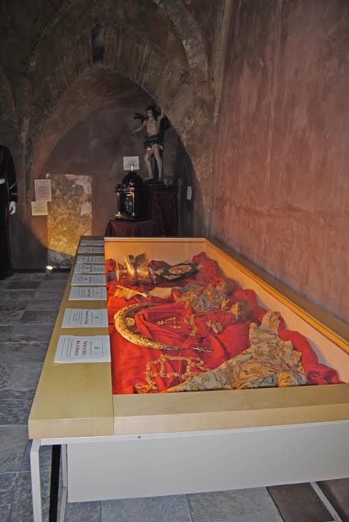 Al fondo, dos de las obras más valiosas de la exposición: la talla de San Sebastián y el sagrario de carey y plata, ambos del siglo XVI. En primer término, protegidas en el expositor, algunas piezas que mostramos a continuación. Foto: ÁNGEL MEDINA LAÍN