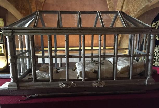 Urna de madera y cristal del siglo XVIII, utilizada antiguamente en la procesión del Santo Entierro. En su interior se exponen símbolos como la corona de espinas o los clavos del Cristo. Foto: JACKY KOOKER REAL