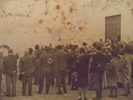Fotografía tomada el 2 de abril de 1939 ante la Iglesia de la Villa de Setenil, un día después de que Franco proclamase el fin de la Guerra Civil. Esta imagen histórica nos la ha cedido Rafael Domínguez Cedeño.
