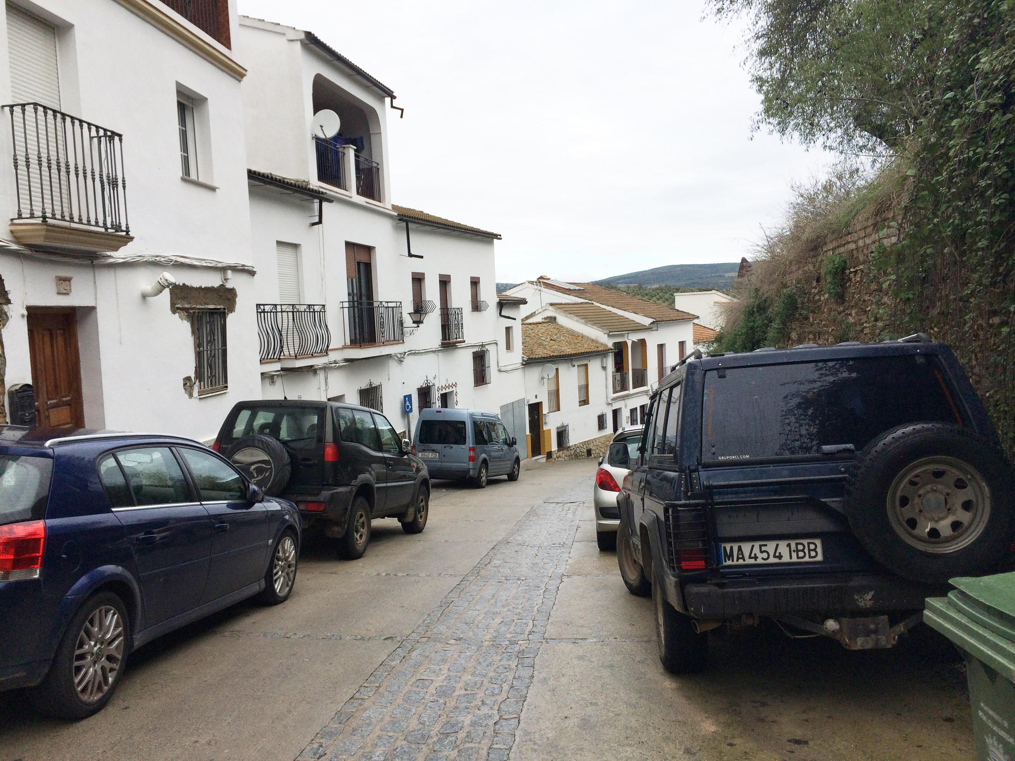 Aspecto que presentaba la calle Reyes Católicos este último fin de semana. Al fondo a la izquierda, la vivienda de Rosario Ordóñez. La amplitud de la calle permite, como se observa en la imagen, aparcar coches a ambos lados del recorrido.