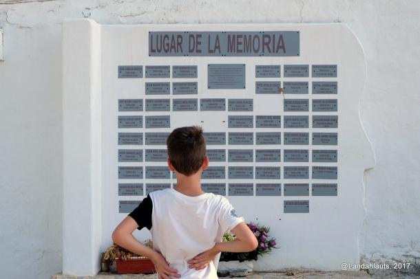 Un niño observa las placas del Lugar de la Memoria de Setenil, instalado en a la entrada del cementerio de San Sebastián. Septiembre de 2017. Una hermosa y simbólica foto que agradecemos a LANDAHLAUTS.