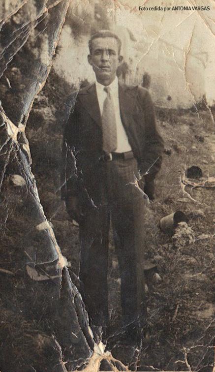 """UN DEFENSOR DE LOS JORNALEROS EN EL EXILIO. Francisco Pérez Reina era miembro activo de la UGT y guardia republicano, muy estimado por los jornaleros por su espíritu reivindicativo en aquellos años de condiciones tan duras para el trabajo en el campo. Tuvo que huir y estuvo en la Desbandá de la carretera Málaga-Almería con seis hijos pequeños, la mayor de 14 años (Maruja Pérez González). En Valencia falleció su esposa y decidió irse a Portugal. Sus hijos volvieron al pueblo en burro, con la ayuda del padre de Juan Carrasco (entre estos dos linajes se estableció un vínculo muy especial que nos concilia con el género humano en medio de tanta miseria moral), y su cuidado quedó en manos de los familiares que permanecían en Setenil. Vivió en Portugal hasta los años '60 y cuando pudo regresar a Setenil ya arrastraba un importante problema de salud. En Setenil se el recordará sobreviviendo con su carrito de afilador. Francisco Pérez Reina fue secretario de la Sociedad de Trabajadores de la Tierra """"El Porvenir del Obrero"""" y su firma aparece en la carta que dirigió, el 1 de diciembre de 1935, esta agrupación de Setenil a Francisco Largo Caballero por su liberación. El histórico dirigente socialista llegó a ser presidente español en septiembre de 1936, pero antes fue encarcelado durante 13 meses por alentar la """"huelga general revolucionaria"""". Foto cedida por ANTONIA VARGAS."""
