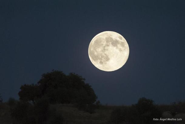 """La """"superluna"""" sobre La Umbría,. Foto: ÁNGEL MEDINA LAÍN."""