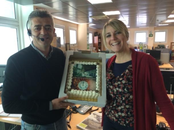 """Modesto Barragán y Paz Santana celebran el humor de Setenil al recibir la tarta cortesía de Felipe Durán: """"Las próximas uvas en Setenil"""". Foto: PEDRO ANDRADES"""
