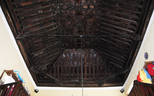 Artesonado mudéjar, con una inscripción que recuerda la conquista de Setenil por los Reyes Católicos. Foto: ÁNGEL MEDINA LAÍN