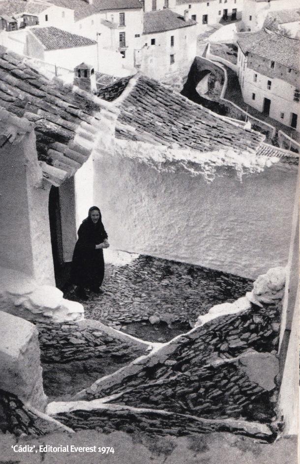 """Fotografía de Setenil publicada en el ljbro """"Cádiz"""", de José Manuel García Gómez, en 1974, con el siguiente pie de foto: """"La arquitectura es en Setenil tan alucinante como el paisaje"""". La mujer que aparece en la imagen es Ana González mas conocida como """"Ana la Remedios""""."""
