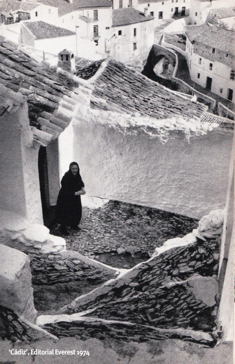 """Fotografía de Setenil publicada en el ljbro """"Cádiz"""", de José Manuel García Gómez, publicada por la Editorial Everest en 1974, con el siguiente pie de foto: """"La arquitectura es en Setenil tan alucinante como el paisaje"""". Más información aquí http://bit.ly/2kcXbPf"""