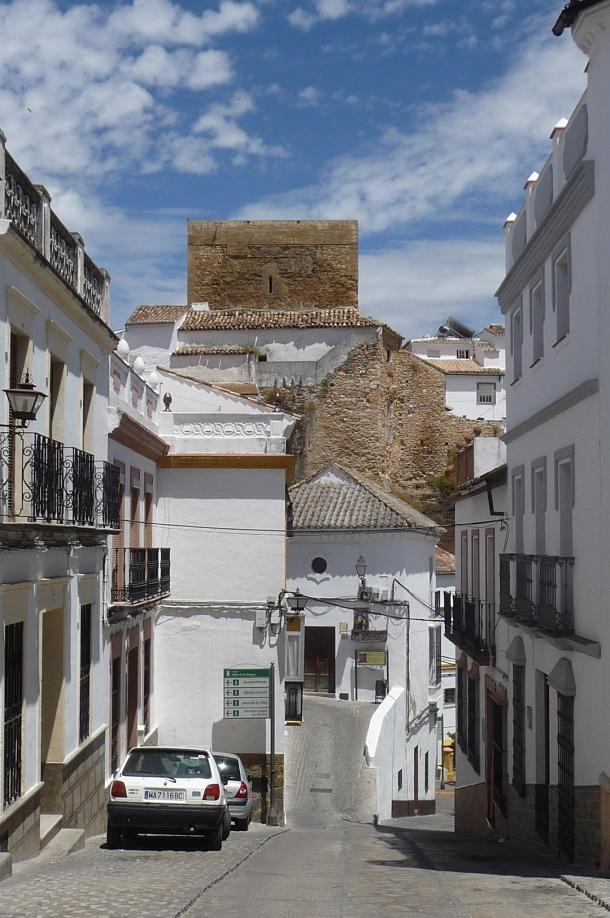 La bajada de Reyes Católicos, en dirección al antiguo Ayuntamiento (ahora Oficina de Turismo), sobre el que se eleva el Torreón.