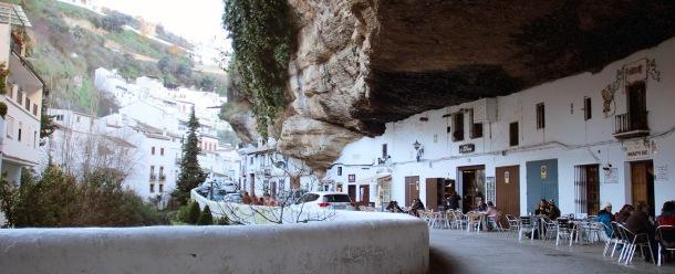 Hasta cuatro bares y dos tiendas se concentran en cien metros. en este tramo de las Cuevas del Sol. Donde el urbanismo oficial previó cocheras florecieron terrazas.