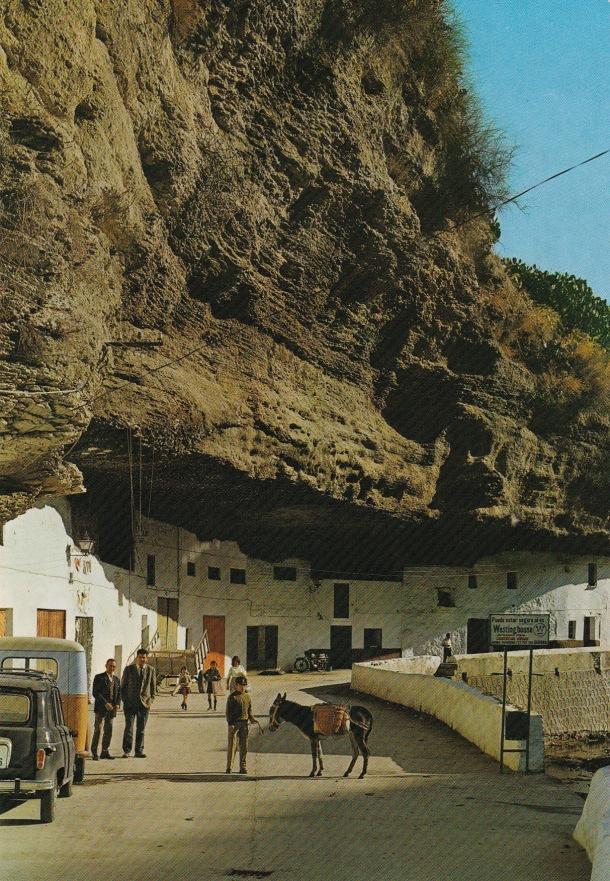 La vida en Las Cuevas del Sol fue durante años ajena a las posibilidades turísticas del tajo. La imagen, según nos informa Rafael Domínguez Cedeño, es de 1969 y fue realizada por Antonio María Som Cerezo, de Nerja. Aparacen en la misma, a la izquierda, el profesor José Molinillo Ordóñez.
