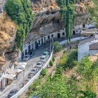 Las Cuevas del Sol y sus animadas terrazas embutidas bajo la visera del tajo, en una escena que fascina a nuestros visitantes. Foto: BOSCANIA. Más fotos en este enlace de su Flickr