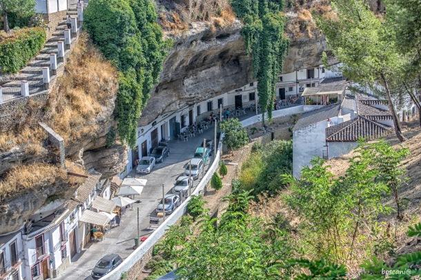 Las Cuevas del Sol y sus animadas terrazas embutidas bajo la visera del tajo, en una escena que fascina a nuestros visitantes. Foto: BOSCANIA. Más imágenes en este enlace http://bit.ly/2fL6ODG