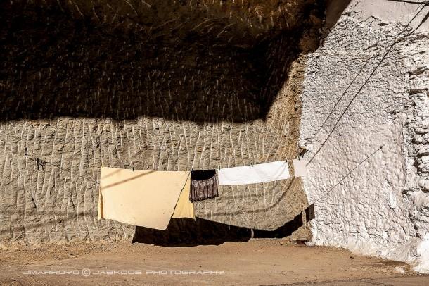 """Ropa tendida en Las Cabrerizas, dentro de la casa cueva caída. Diciembre de 20134. El autor nos dice: """"Este pueblo es muy particular y hay que hacer todo lo posible por conservarlo tal cual"""". Foto: JOSÉ MARÍA ARROYO. Más imágenes suyas en este enlace http://bit.ly/19vhxJu"""