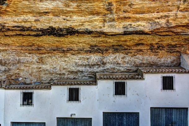 Detalle geométrico de las cocheras del Coro, encajonadas en la roca. Esta calle de casas cueva está prácticamente ocupada por cocheras. Foto: JUAN JIMÉNEZ. Agosto de 2012. Más imágenes suyas en este enlace http://goo.gl/uFTfK4