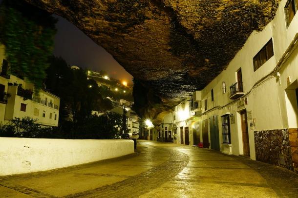 Las Cuevas del Sol, una de las calles más alucinantes de Andalucía, vive una explosión turística tras ser durante años un lugar de carga y descarga. Esta imagen nocturna es de junio de 2011. Foto: MANUEL PÉREZ