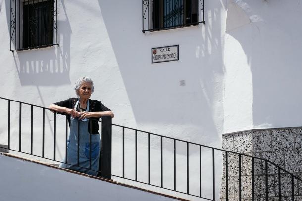 """Paca Ruiz, en la popular calle """"Gibraltar Español"""", una de las esquinas más fotografiadas de Setenil. Junio de 2014. El autor nos ha escrito lo siguiente: """"Yes you can use my photos of Setenil for your blog. I was only there for a few hours last year when on holiday but it seems a very nice place:) Cheers, Simon"""" (""""Sólo estuve unas cuantas horas durante mis vacaciones, pero me pareció un sitio precioso""""). Foto: SIMON WHILEY. Más imágenes en http://bit.ly/1Mvd7kQ"""