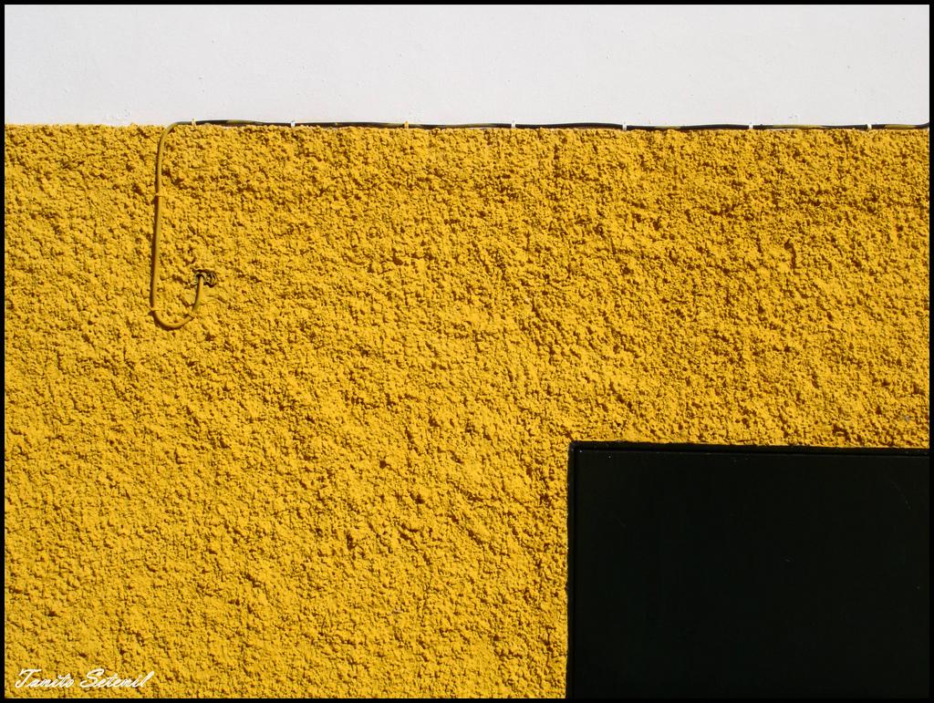 Esta imagen, jugando con la cenefa amarillo albero, parece sacada de un cuadro de Mark Rothko. Sensacional. Junio de 2008. Otra fantástica foto de TANITO SETENIL. Más imágenes en http://bit.ly/1vTRKVz