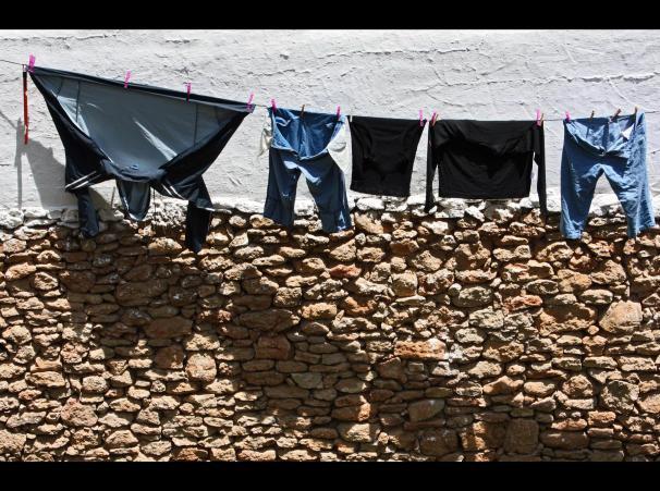 La ropa tendida al sol en Setenil es un tema recurrente de nuestros fotógrafos viajeros. Marichu. Mayo 2008