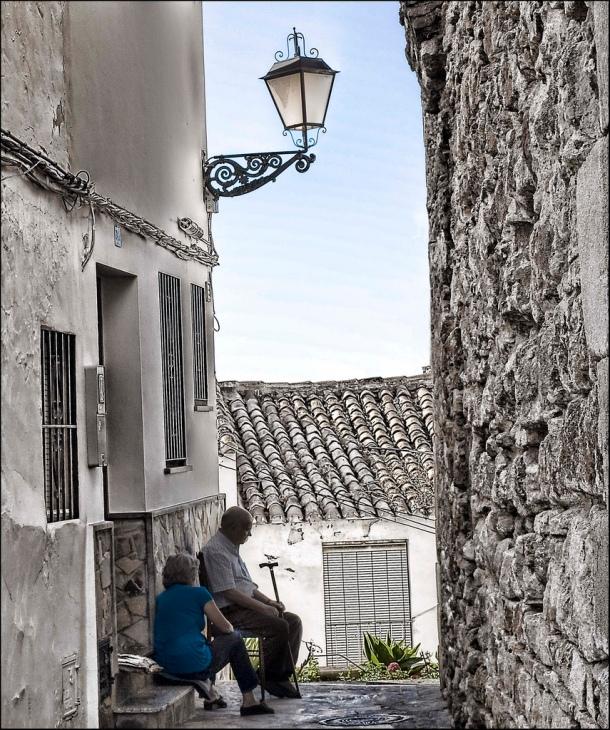 Imagen de la calle del Torreón, en la que aparecen Manuel Galán e Isabel Valencia. Julio de 2009. Foto: PACA ATIENZA. Más imágenes suyas en este enlace http://bit.ly/1EM0HzA