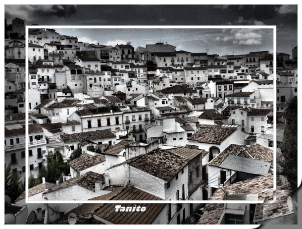 Setenil, marco incomparable. Imagen tomada en mayo de 2005 por TANITO SETENIL (Toni Gutiérrez), nombre con el que firma el nieto de Teresita Ortiz, gaditano que vive en Cataluña. Más imágenes suyas en este enlace Imagen de la calle Triana en 2005. Foto: TANITO SETENIL (Toni Gutiérrez). Más imágenes en este enlace http://bit.ly/1vTRKVz