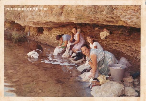 Lavando en el río, a la altura de la Cruz Chiquita, donde ahora está el consultorio. De izquierda a derecha: Loli Gámez, Josefina Vargas, Catalina Cueto y María Gámez. Esta maravillosa fotografía, que data de finales de los años '70 o primeros '80, nos la ha cedido la familia Vargas.