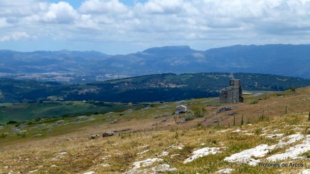 Panorámica de la Sierra de las Nieves con el Teatro romano de Acinipo en primer término. Ampliada, se ve mejor esta foto. Foto: TROTONES DE ARCOS. Más imágenes en este reportaje http://goo.gl/ybXw5D