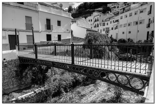 Pasarela de la calle Triana a la calle Ronda, con al casa de Mena que veremos en la siguiente fotografía antes de cruzar el río. Foto: JESÚS M. GLEZ. https://flic.kr/p/qG51Kw