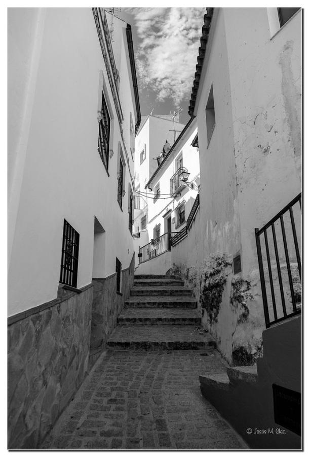 Subida de La 'Laera', una calle preciosa que los visitantes están conociendo en muchos casos gracias... a la escasez de aparcamiento. Es frecuente que estacionen a la desesperada en la Ventosilla o cerca de San Sebastián y recorren sin saberlo (porque no está articulada) la Ruta de los Reyes Católicos ( http://goo.gl/atlGac ) Foto: JESÚS M. GLEZ. https://flic.kr/p/rjKe3B