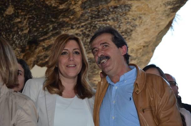 La presidenta andaluza, Susana Díaz, posa en las Cuevas del Sol con el alcalde de Setenil, en un acto de la campaña electoral para las elecciones autonómicas de 2015. Díaz seguro que no verá otro pueblo más original en todo el recorrido de la caravana.