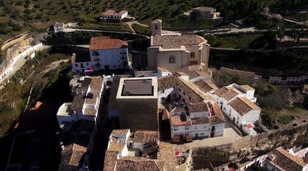 """Vista aérea de la fortaleza de Setenil. Fotograma de """"Destino Andalucía"""""""