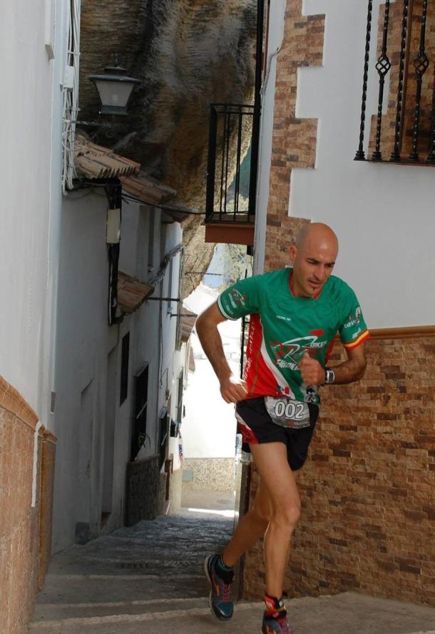 Francisco Cantalejo, setenileño y Campeón de Cádiz de Carrera de Montaña de 2014, fugado en la segunda vuelta al recorrido urbano de Setenil, subiendo la calle Herrería. Esta fotografía se merece el cartel del año que viene. Foto: FRANCISCO SIERRA.