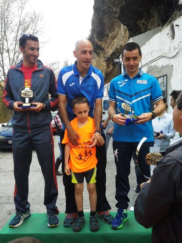 El podio de la carrera, con Francisco Cantalejo como ganador, al que hace entrega del trofeo el alcalde de Setenil, Cristóbal Rivera. La clasificación de la carrera se puede consultar en este enlace: http://bit.ly/1wRnBq9