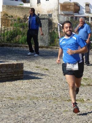 Bartolo, responsable en buena medida del diseño del recorrido, a su paso por El Carmen. Foto. MARI LUQUE