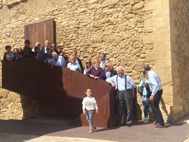 El Club 600 de Sevilla, en una reciente excursión a Setenil. Este grupo de personas, muchas de ellas mayores, hizo el esfuerzo de subir a la Villa, pero se quedó sin ver el Torreón, que sigue cerrado tras su restauración.
