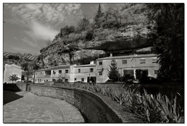 La Jabonería, fotografiada desde la calle Mina. Al fondo, Las Cabrerizas y una de los rincones más bonitos de Setenil, donde el río da una curva de ballesta. Desde el puente a la altura del cañuelo (una vez que lo arreglen, lleva abandonado varios años, tenemos una acceso alternativo y espectacular hasta la Plaza por la calle Mina y Las Calcetas. Foto: JESÚS. GLEZ. https://flic.kr/p/pG7jQN