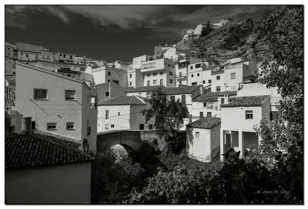 En esta otra imagen vemos la calle Vega, en diagonal a la Herrería y el puente de la calle Triana, en una imagen tomada desde la Jabonería. Foto: JESÚS. GLEZ. https://flic.kr/p/pGatiA