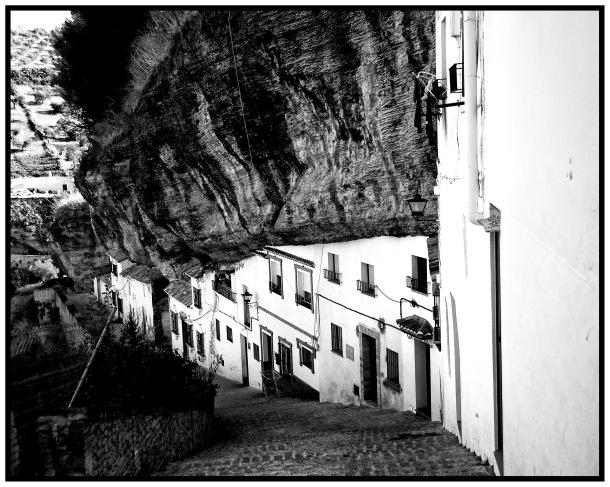 Girando a la derecha por el Callejón, que hemos visto en la imagen anterior, llegamos a Las Calcetas. Desde esta calle se accede al aparcamiento, una obra iniciada en 2007 y que sigue a la espera de apertura. Esta calle, muy abandonada pese a su atractivo, ofrece una vista inigualable bajo la muralla (justo encima está la Plaza de la Villa) y frente a Las Cabrerizas. Foto: JOSÉ MANUEL MOSCARDÓ. https://flic.kr/p/auihKL