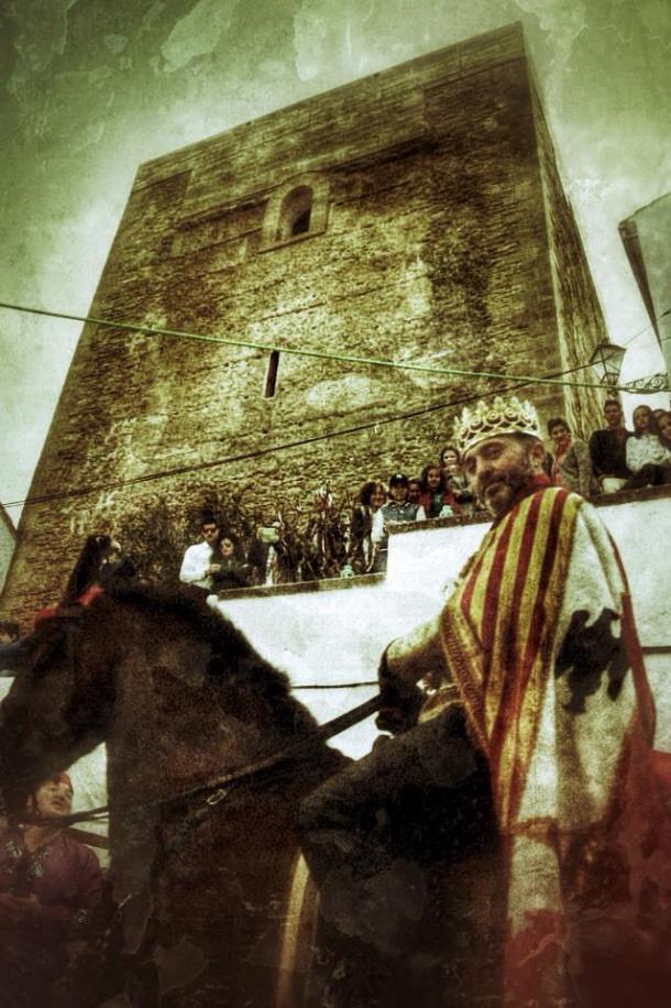 El Rey Fernando, a su entrada en el Torreón. Esta recreación histórica, en tono festivo, recuerda la entrada en Setenil de los Reyes Católicos el 21 de septiembre de 1.484, una escena inmortalizada en la Sillería de la Catedral de Toledo. Más información en http://goo.gl/f4M8zv Foto: LOLI CALVENTE