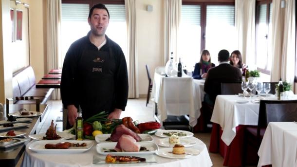 Juan Jesús, del Polear, explica las bondades de la cocina de Alcalá del Valle, con especial atención a los espárragos y al aceite de este pueblo. Su restaurante aporta un plus de calidad a la cocina de la comarca