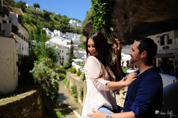 Setenil com escenario del amor de una pareja antes de la boda. Nos entusiasma la frescura y la naturalidad de estas fotos de Irene Vélez, que tiene su estudio fotográfico en Chipiona. Foto: IRENE VÉLEZ. Más imágenes en su blog http://goo.gl/I2NJFO