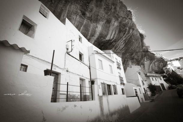 """Las Jabonerías es una de las calles que mejor conservan la autenticidad de Setenil como pueblo banco. Una anécdota: en este mismo sitio se rodó una de las escenas de la película """"La Sabina"""", cuando la conocida actriz Ángela Molina se encuentra con su novio. Foto: ROCÍO ALHAMA https://flic.kr/p/fjK76a La película la podéis ver aquí: """"Setenil de cine: La Sabina"""" http://goo.gl/yp1o9z"""