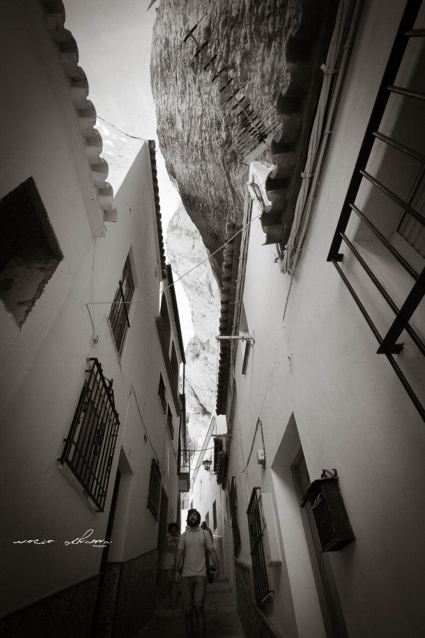 """Desde la calle Mina se llega a La Herrería. El escritor Enrique Isasi la describió así: """"Sin discusión, una de las más bellas de esta hermosísima Sierra de Cádiz"""". Foto: ROCÍO ALHAMA https://flic.kr/p/fjZtC5 Lo podéis leer en este artículo: """"Con una copa de Jerez en Setenil"""" http://goo.gl/SoxDZz"""