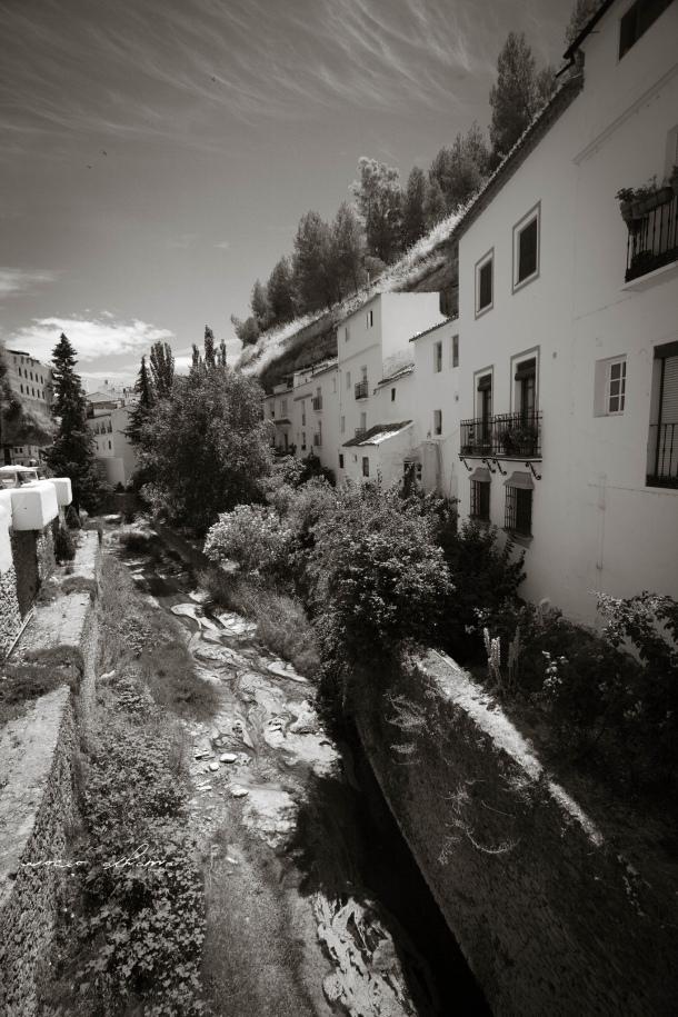 """Vista del río desde el Puente nuevo de la calle Ronda. El anterior del siglo XVIII fue víctima de las obras de encauzamiento. En esta imagen aparecen las dos calles """"de moda"""": las Cuevas del Sol (a la iquierda de la imagen) y las Cuevas de la Sombra (a la derecha). Foto: ROCÍO ALHAMA. https://flic.kr/p/fjYKKw"""