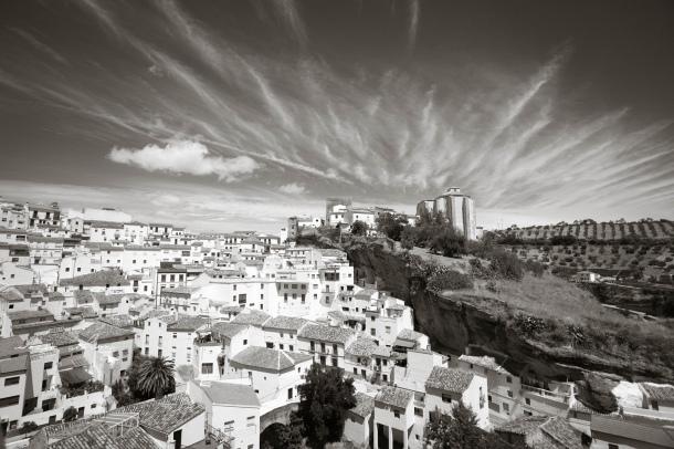 Vista de Setenil desde el mirador de El Carmen, con un cielo que parece dibujado. Foto: ROCÍO ALHAMA. https://flic.kr/p/fjJVNt
